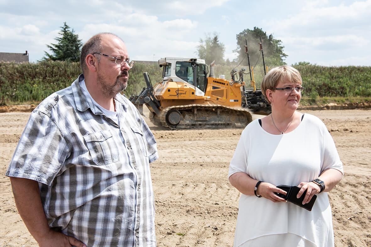 Angelika Tadsen und Guido Sträter auf der Baustelle